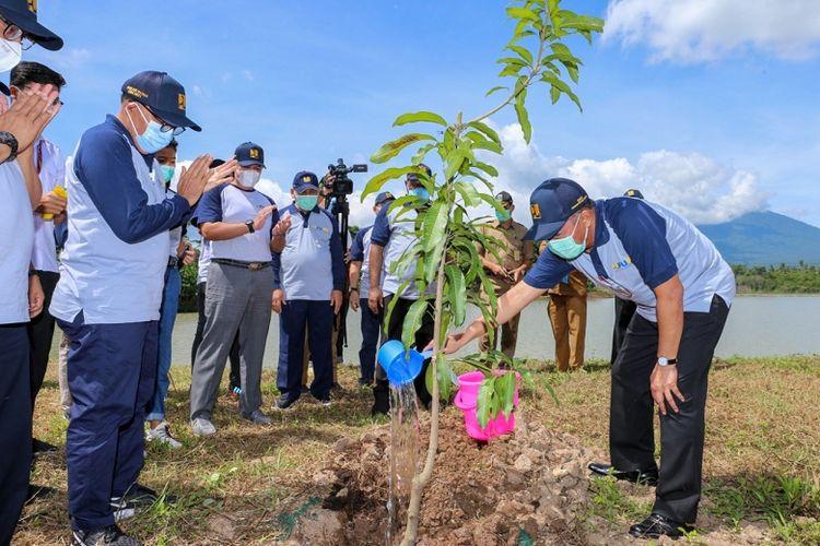 Salah satu tujuan dari gerakan penanaman pohon adalah untuk ikut serta mengonservasi sumber daya air dan pembangunan berkelanjutan yang ramah lingkungan.