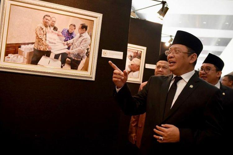 Ketua DPR RI Bambang Soesatyo saat membuka Pameran Foto Warna Warni DPR RI di Gedung Nusantara II DPR RI, Jakarta, Kamis (29/08/19).