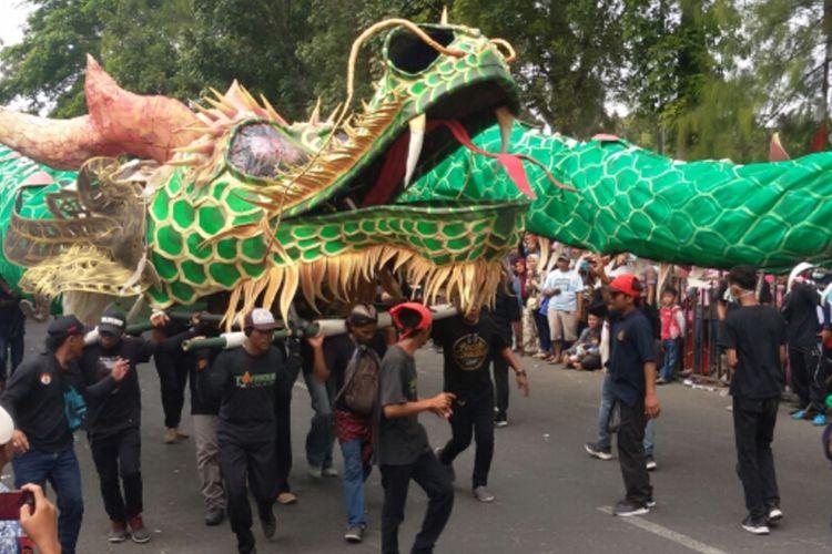 Ratusan orang menarikan naga berwarna hijau menjadi salah satu yang menyita perhatian warga ketika berlangsung Karnaval HUT Ke-74 RI di Kabupaten Kulon Progo, Daerah Istimewa Yogyakarta.