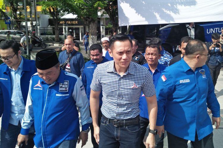 Agus Harimurti Yudhoyono (tengah) saat berkunjung ke Gresik, Jumat (24/1/2019).