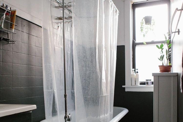 Tirai plastik di kamar mandi.