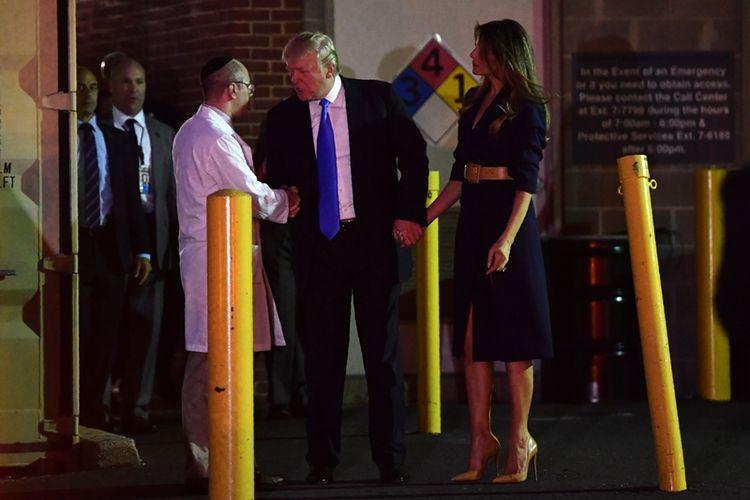 Presiden Donald Trump dan instrinya, Melania menyalami Dr Ira Rabin usai menjenguk anggota kongres Steve Scalise yang direwat di RS MedStar, Washington, Rabu (14/6/2017) malam.
