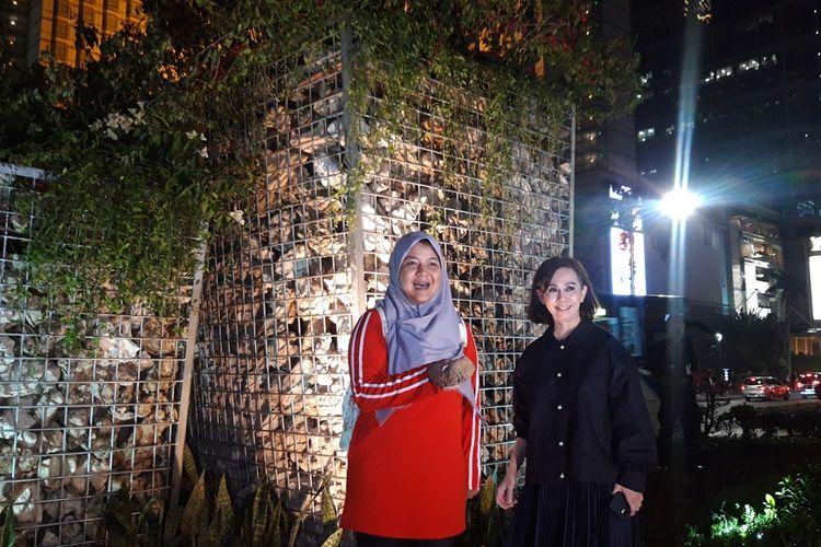 Dosen Geologi FMIPA UI Asri Oktavioni (berkerudung) dan Kepala Dinas Kehutanan DKI Jakarta Suzi Marsitawati di depan instalasi gabion di Bundaran HI, Jakarta Pusat, Minggu (25/8/2019)