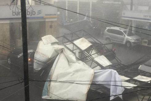Cuaca Buruk di Tasikmalaya, Baliho Menimpa Mobil, Rumah Rusak hingga Banjir