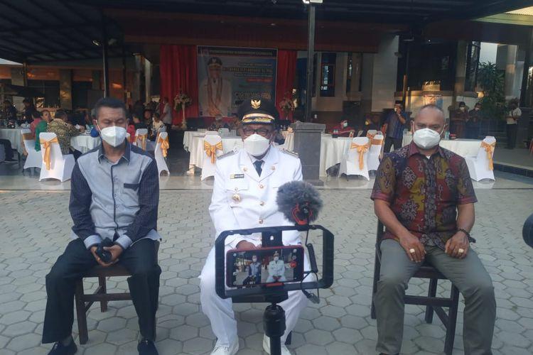 Foto : Bupati Lembata Thomas Ola Langoday memberikan keterangan pers usai dilantik, Kamis (16/9/2021).