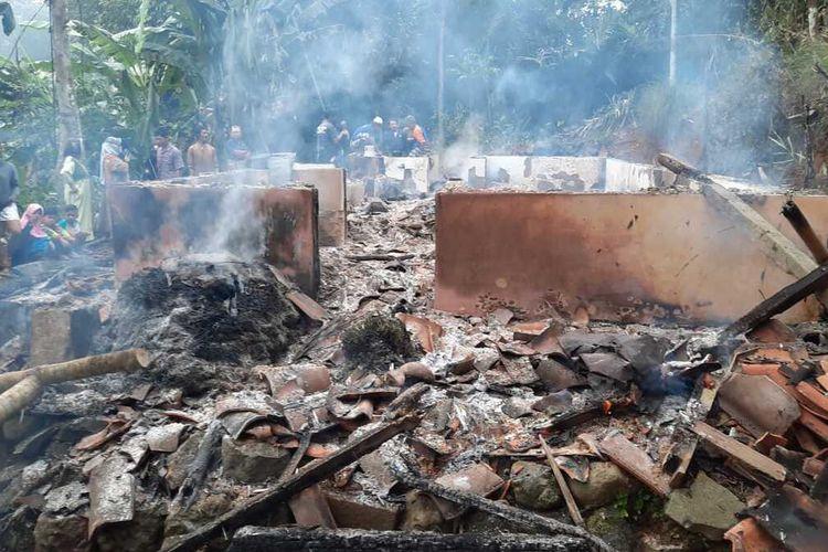Rumah orang tua yang dibakar anak kandungnya dan sebelumnya sempat menyerang ayah kandungnya pakai golok di Manonjaya, Kabupaten Tasikmalaya, Jumat (18/6/2021).