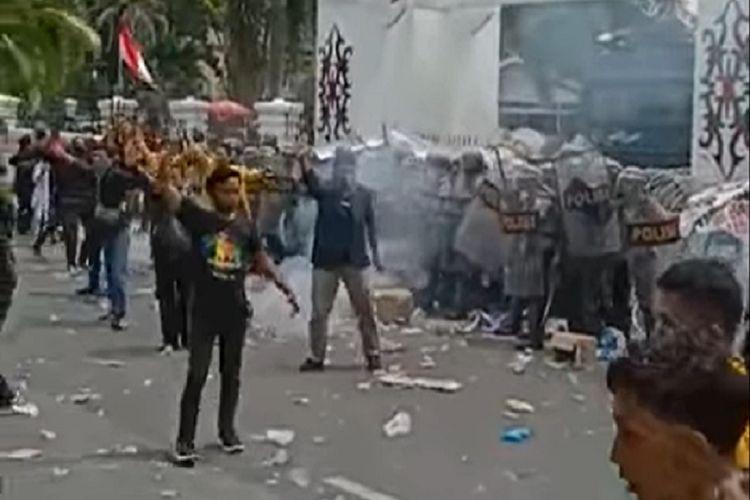 Tangkapan layar video aksi massa di Palangkaraya, Kalteng, Kamis (8/10/2020). Massa yang berasal dari berbagai elemen menuntut pimpinan DPRD Kalteng menyatakan sikap menolak omnibus law dan menuntut presiden menerbitkan perppu.