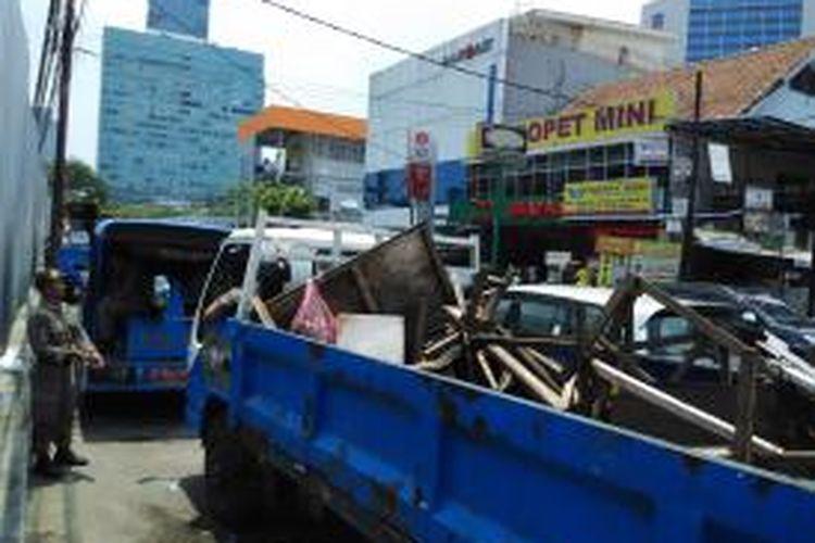Sejumlah kios PKL liar di kawasan Benhil diangkut oleh petugas Satpol PP dalam gelaran razia, Kamis (22/10) siang.