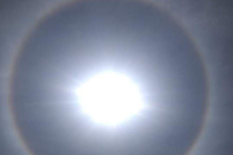 Fenomena Halo atau matahari bercincin yang terjadi di Blora dan Cilacap, Jawa Tengah, Selasa (1/10/2019) siang.