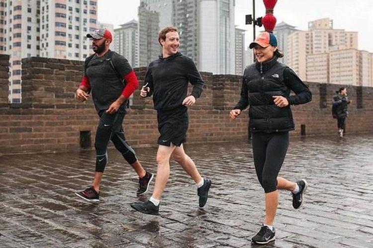 CEO Facebook Mark Zuckerberg foto jogging sambil hujan