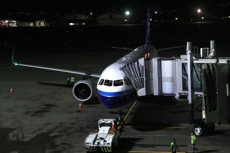 Petugas berada di dekat pesawat maskapai China Southern Airlines tujuan Guangzhou, China, di Bandara Internasional I Gusti Ngurah Rai, Bali, Selasa (4/2/2020). Pesawat dengan nomor penerbangan CZ 626 yang mengangkut 126 orang penumpang tersebut merupakan pesawat terakhir dari Bali menuju China sebelum pemberlakuan penundaan penerbangan dari dan menuju seluruh destinasi di mainland China mulai Rabu (5/2) pukul 00.00 WIB hingga batas waktu yang belum ditentukan.