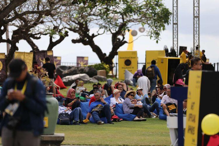 Suasana race pack collection di Wantilan, Taman Bhagawan, Tanjung Benoa, Nusa Dua, Sabtu (7/9/2019). Momen pengambilan race pack disulap menjadi momen yang ceria dan nyaman bagi para peserta yang akan berlomba pada Minggu (8/9/2019) besok.