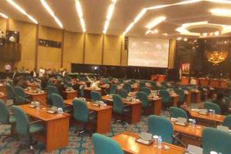 Suasana di ruang sidang Gedung DPRD DKI saat berlangsungnya rapat paripurna pengesahan peraturan daerah (Perda) DKI Jakarta tentang zonasi wilayah pesisir dan pulau-pulau kecil, Kamis (17/3/2016). Tampak banyak bangku yang tak terisi. Rapat akhinya batal dilaksanakan karena jumlah anggota Dewan yang hadir tak kuorum.