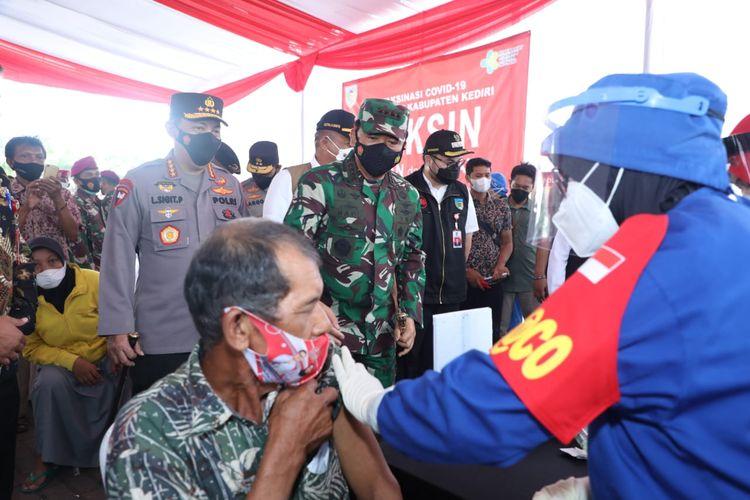 Panglima TNI Marsekal Hadi Tjahjanto saat memantau jalannya vaksinasi di Kediri, Jawa Timur, Kamis (10/6/2021).