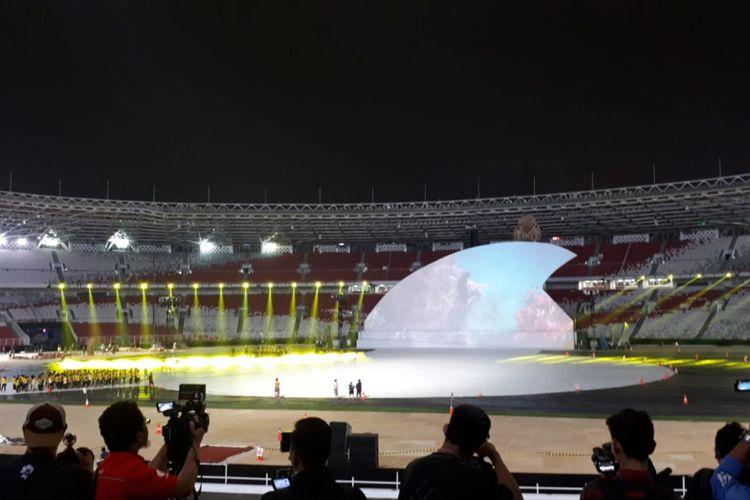 Tampak para penari sedang melakukan latihan untuk persiapan seremoni pembukaan Asian Para Games 2018, di Stadion Utama Gelora Bung Karno, Senayan, Jakarta, Kamis (27/9/2018).
