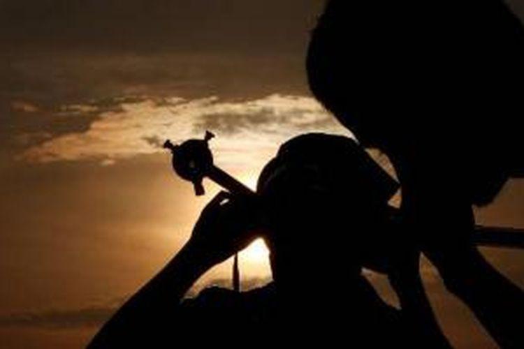 Anggota Jogja Astro Club tengah mengamati fenomena alam gerhana matahari sebagian yang terlihat dari Kota Yogyakarta, DI Yogyakarta, Jumat (10/5/2013). Gerhana matahari sebagian tersebut berlangsung mulai pukul 05.58 WIB hingga pukul 06.25 WIB.
