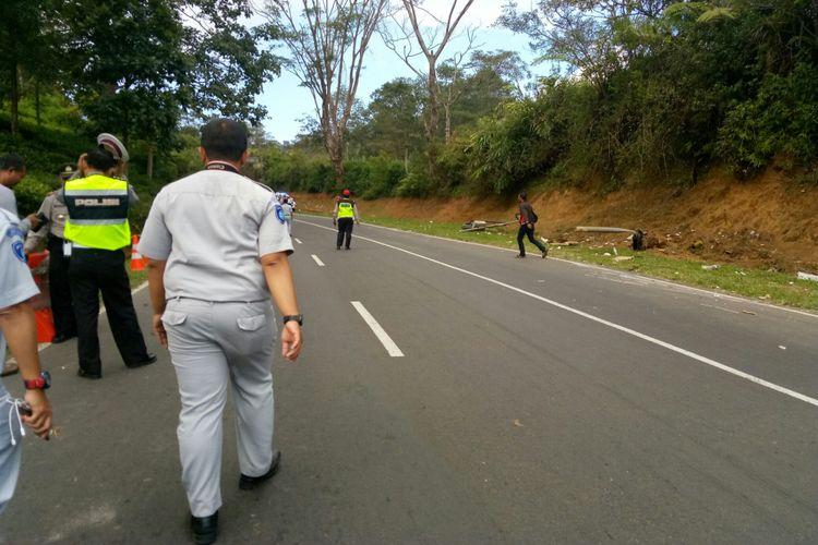 Tampak sejumlah polisi dan beberapa aparat terkait tengah mensterilkan Jalan Tanjakan Emen di titik terjadinya kecelakaan bus maut yang telah merenggut 27 nyawa. Sistem buka tutup jalan ini dilakukan untuk melakukan olah TKP terjadinya kecelakaan tersebut.