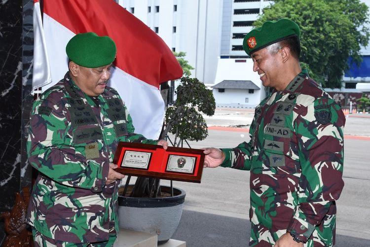 Kepala Staf Angkatan Darat Jenderal TNI Andika Perkasa memimpin acara penyerahan jabatan Kepala Rumah Sakit Pusat Angkatan Darat (RSPAD) Gatot Soebroto Letjen TNI Bambang Dwi Hasto dan laporan korps kenaikan pangkat sembilan perwira tinggi (Pati) TNI AD.