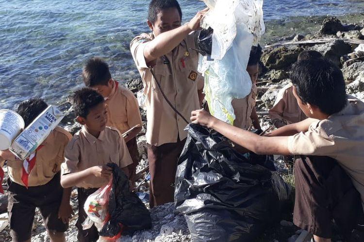 Para siswa di Kepulauan Seribu melakukan aksi bersih-bersih untuk memperingati Hari Pendidikan Nasional (Hardiknas) Kamis (2/5/2019). Acara ini dilakukan di semua pulau di wilayah Kepulauan Seribu yang memiliki instansi pendidikan SD, SMP dan SMA.
