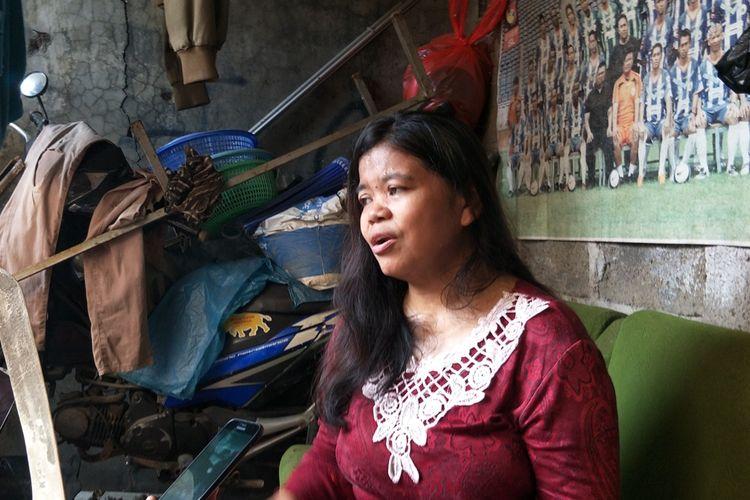 Dian Islamiyati (36), wanita yang viral karena menggendong jenazah cucunya di Cilincing. Anak Dian yang berinisial IAS (16) menjalani proses persalinan di Puskesmas Kecamatan Cilincing pada Selasa (17/9/2019) siang. Namun, bayi itu diketahui telah meninggal dalam kandungan IAS yang berusia 28 minggu.