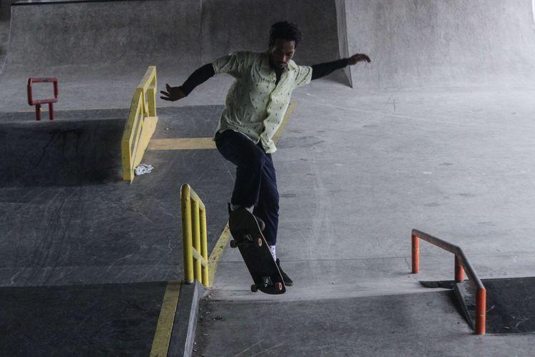 Pengunjung bermain skateboard di Skatepark Pasar Rebo, Jakarta Timur, Minggu (5/1/2020). Sebelum dibangun skatepark, area di bawah jalan layang Pasar Rebo ini adalah lahan kosong dan dimanfaatkan para pemulung, dan pedagang kali lima (PKL) mangkal.