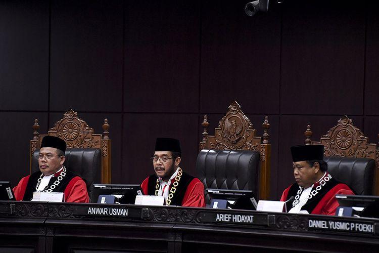 Ketua Mahkamah Konstitusi (MK) Anwar Usman (tengah) memimpin sidang pleno penyampaian laporan tahun 2019 di Gedung MK, Jakarta, Selasa (28/1/2020). Sejak berdiri pada tahun 2003 hingga Desember 2019 MK telah menerima sebanyak 3.005 perkara.