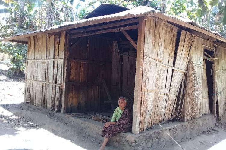 NenekPaulina Poing (79), warga Dusun Gehak Reta, Desa Koting D, Kecamatan Koting, Kabupaten Sikka, Flores, Nusa Tenggara Timur, tengah duduk di serambi gubuknya yang reyot, Selasa (15/10/2019).
