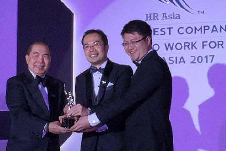 CEO Binus University, Bernard Gunawan,menerima penghargaan sebagai salah satu Best Companies to Work for in Asia 2017 pada HR Asia Award tahun ini, Jumat (19/5/2017).