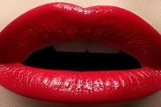 Tidur dengan Lipstik Sebabkan Bibir Kasar dan Pecah-pecah