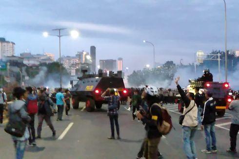 Situasi Terkini Demo di DPR, Satu Orang Polisi Jatuh Pingsan