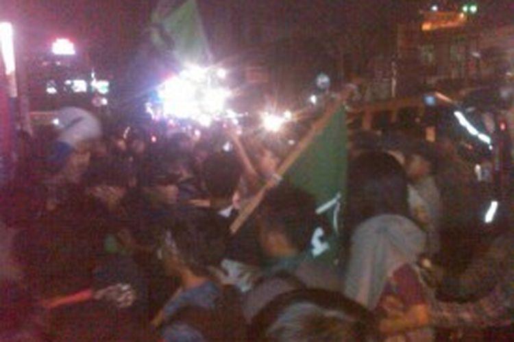 Aksi unjuk rasa mahasiswa menolak harga Bahan Bakar Minyak (BBM) saat ricuh dengan aparat kepolisian di Jalan Dago Cikapayang, Bandung, Jawa Barat, Jumat (21/6/2013) malam.