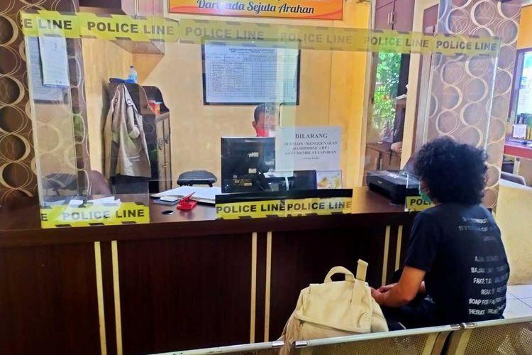 Editor detikcom di Surabaya saat membuat laporan polisi akibat tindak pengeroyokan yang dialaminya di Mapolsek Wonokrowo, Surabaya, Rabu (12/5/2021).