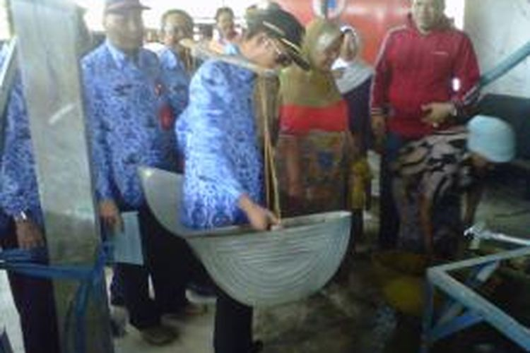 Bupati Pamekasan, Achmad Syafii, saat mendistribusikan air di Desa Bujur Barat, Kecamatan Batumarmar, Rabu (17/9/2014).