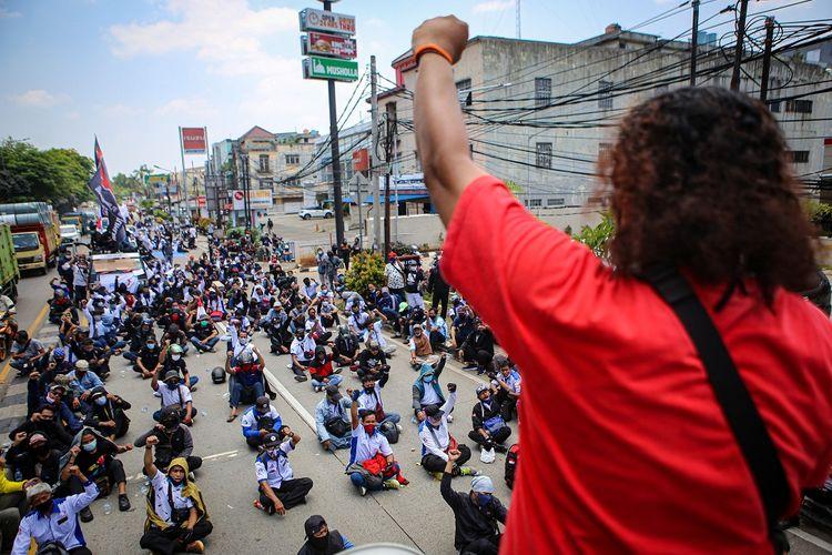Ratusan buruh berunjuk rasa di kawasan Jatiuwung, Kota Tangerang, Banten, Senin (5/10/2020). Dalam aksinya mereka menolak omnibus law dan mengancam akan melakukan mogok kerja pada 6-8 Oktober 2020. ANTARA FOTO/Fauzan/wsj.