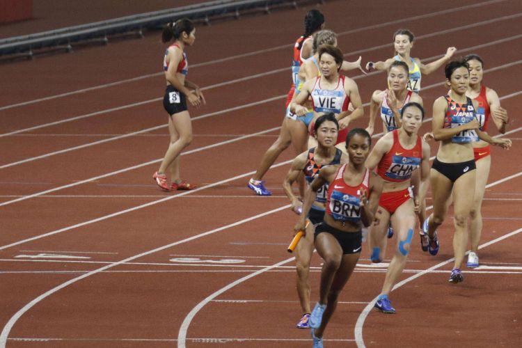 Para pelari beradu kecepatan saat babak final lari estafet 4x400 meter Putri Asian Games ke-18 Tahun 2018 di Stadion Utama Gelora Bung Karno Senayan, Jakarta Pusat, Kamis (30/8/2018). Pada pertandingan ini tim pelari estafet Indonesia gagal meraih medali.