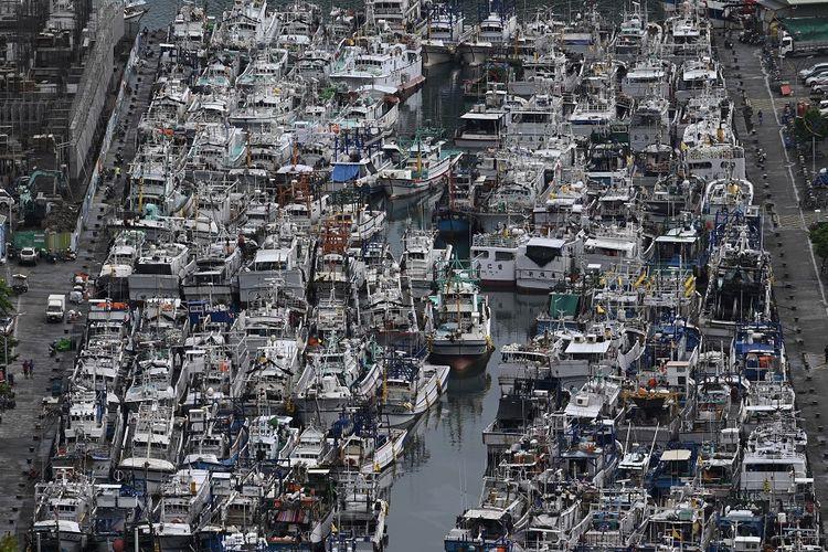 Kapal-kapal penangkap ikan milik nelayan Taiwan diamankan di tempat perlindungan topan di pelabuhan Nanfangao, di Suao, wilayah Yilan, saat Topan Lekima mendekati lepas pantai Taiwan timur, Kamis (8/8/2019).