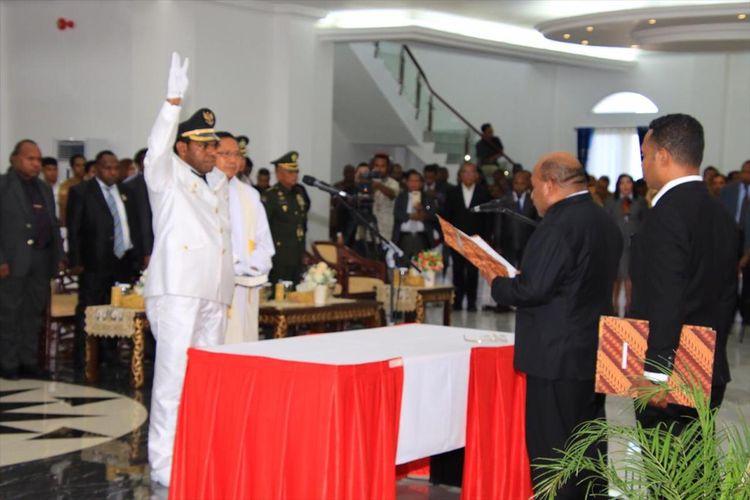 pelantikan Wakil Bupati Keerom Pieter Gusbager oleh Gubernur Papua Lukas Enembe, di Gedung Negara, Kota Jayapura, Selasa (30/07/2019)