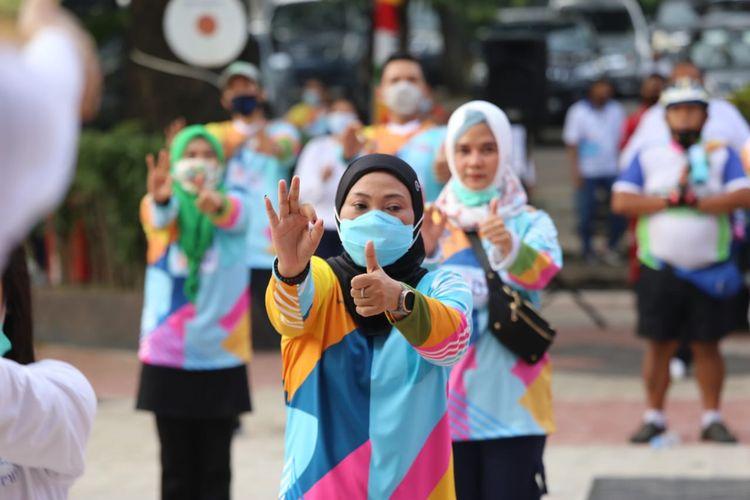 Menaker Ida Fauziyah mengikuti kegiatan Senam Pekerja Sehat usai meluncurkan tagline ?Lebih Cerdas, Lebih Unggul? di Pusat Diklat SDM Ketenagakerjaan, Jakarta Timur, Jumat (20/11/2020).