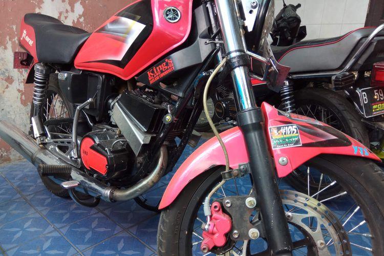 Salah satu Motor RX King tahun 1997 yang dijual Boy Fajar, saat ditemui dikediamannya di bilangan Duren Sawit, Jakarta Timur, Minggu (5/11/2017).