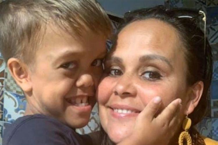 Quaden Bayles dan ibunya, Yarraka Bayles. Quaden mengalami perundungan karena kondisi fisiknya yang memiliki kelainan dwarfisme. (DAILY MAIL)