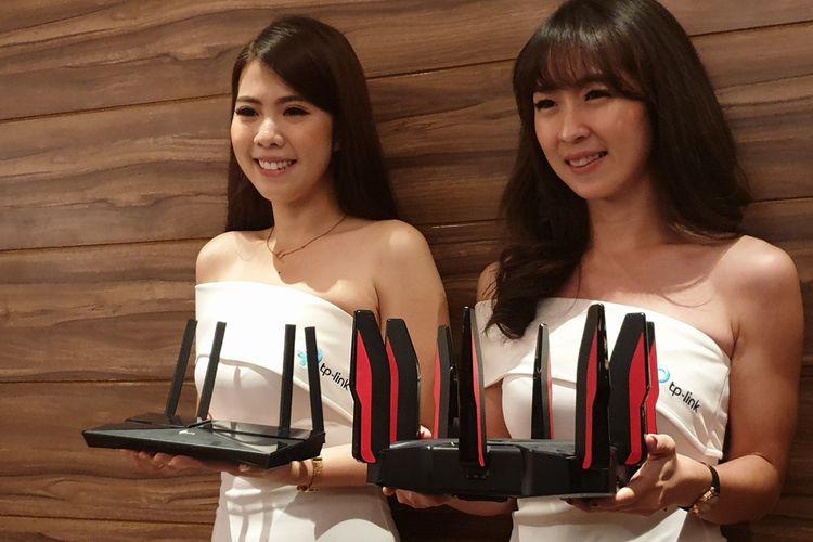 Model memamerkan model router WiFi 6 TP-Link dalam acara di Jakarta, Selasa (10/3/2020).