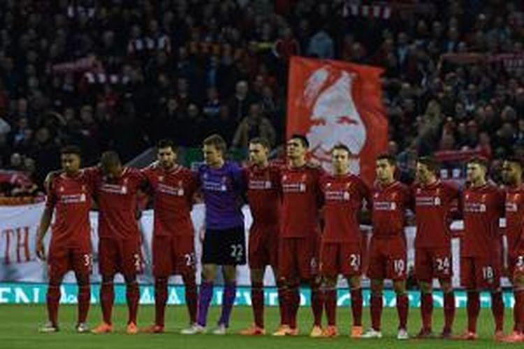 Para pemain Liverpool mengheningkan cipta untuk mengenang 96 korban Tragedi Hillsborough, Senin (13/4/2015).