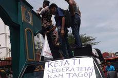 Demo Korupsi, Mahasiswa Hadiahi Kejati Maluku Ayam Potong
