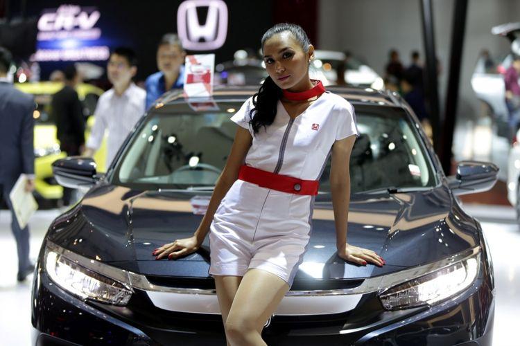 Sales promotion girl berpose saat ajang Indonesia International Motor Show (IIMS) 2017 di JI Expo, Kemayoran, Jakarta, Jumat (28/4/2017). Tidak hanya cantik, SPG juga dibekali dengan pengetahuan dasar terkait kendaraan yang dipromosikan, sehingga bisa memberikan jawaban yang tepat ketika ada calon pembeli yang bertanya
