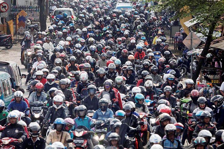 Ribuan pemudik sepeda motor melintasi jalur Cilamaya- Cikalong, Karawang, Jawa Barat, menuju Jalur Pantura ke arah Jawa Tengah memasuki H-3 saat puncak mudik Lebaran 2014, Jumat (25/7/2014). Pemerintah memperkirakan mereka yang menggunakan sepeda motor pada mudik tahun ini sebanyak 2 juta lebih.  Kompas/Rony Ariyanto Nugroho (RON) 25-07-2014