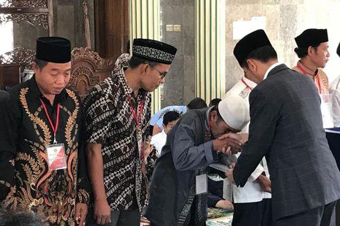 Bagikan Sertifikat Tanah Wakaf di Subang, Jokowi Jamin Bebas Sengketa