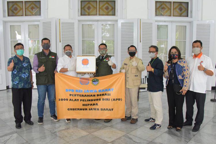 Gubernur Jawa Barat, Ridwan Kamil, menerima donasi perlengkapan medis dari perusahaan dan organisasi di gedung Pakuan Bandung, Jumat (24/4/2020)