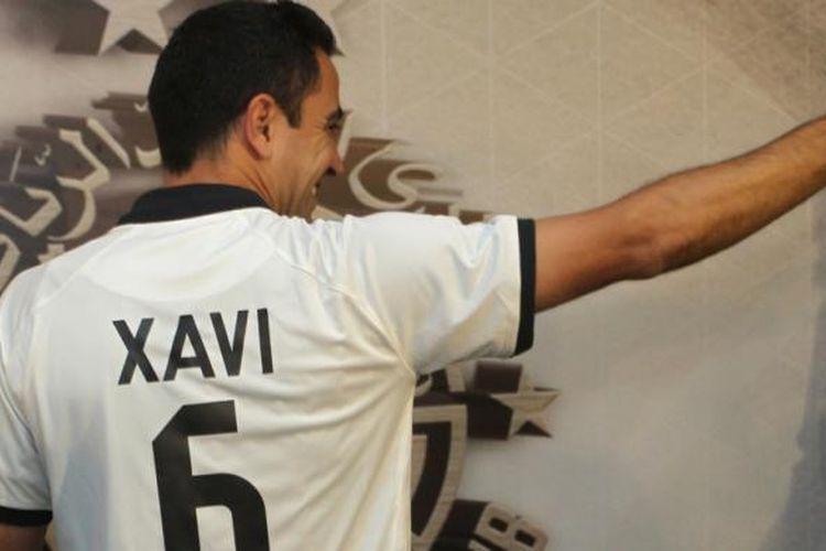 Xavi Hernandez memamerkan kostum Al Sadd bernomor enam.