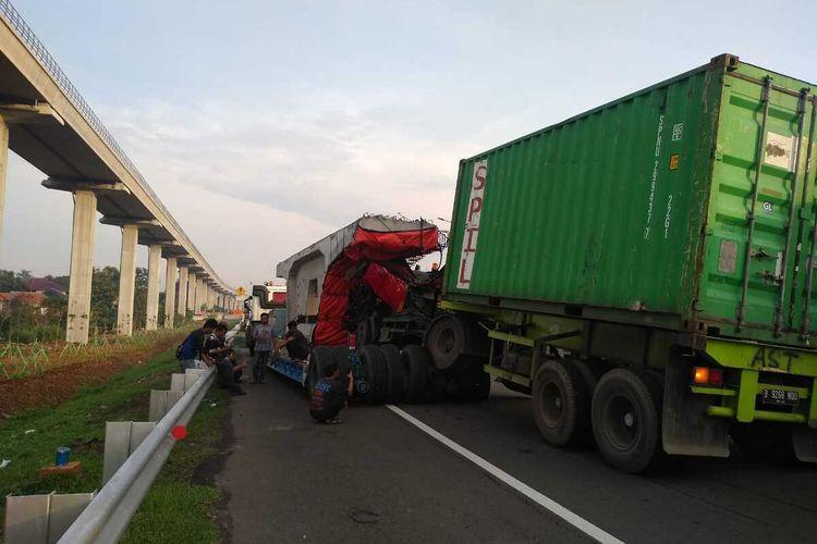 Kecelakaan dua truk besar di ruas Tol Jagorawi KM 11+700, Cipayung, Jakarta Timur, arah Jakarta, menyebabkan arus lalu lintas Tol Jagorawi arah Jakarta padat merayap, Kamis (19/12/2019).