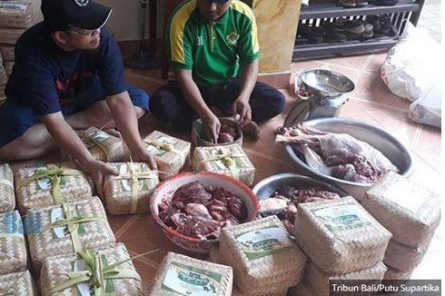 Kurangi Sampah Plastik, Ribuan Daging Kurban di Bali Dibungkus Besek Bambu